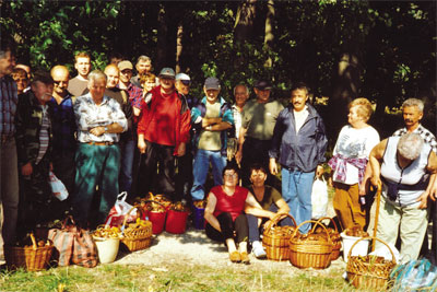 Grzyby tego roku obrodzi�y. Sp�dzielcy z osiedla Murcki zadowoleni byli z obfitych plon�w...