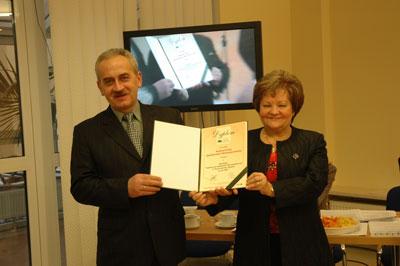 Prezes Zarządu Krystyna Piasecka i przewodniczący Rady Nadzorczej Zbigniew Olejniczak z dumą prezentują Dyplom Najlepszej Spółdzielni przyznany KSM