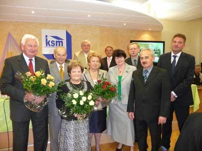 Zarząd KSM – Krystyna Piasecka, Urszula Smykowska i Andrzej Kępys w chwilę po otrzymaniu absolutorium wraz ze składającymi gratulacje członkami Rady Nadzorczej i Prezydium Zebrania